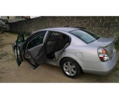 Sharp nissan altima 2002, going for 650k, call 07062764235